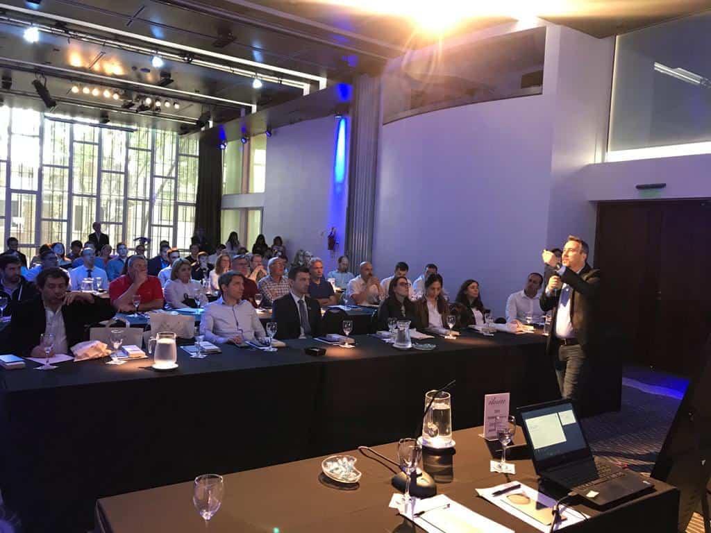 palestra do gerente comercial da neovero sistemas miguel boto em evento na argentina